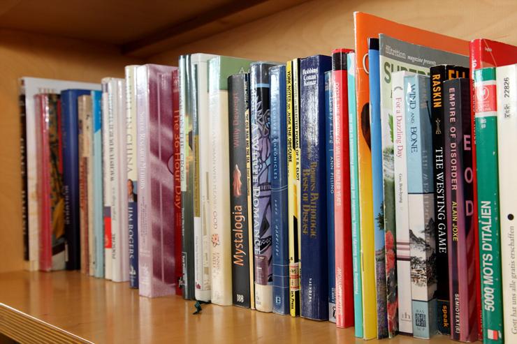 책장에 꽂혀 있는 외국서적들의 모습