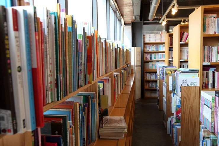 책장에 빼곡하게 꽂혀 있는 책들의 모습