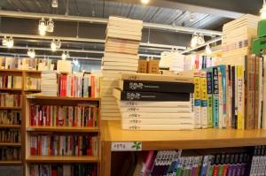 책장에 들어가지 못하고 책장위에 올려놓아진 책들의 모습