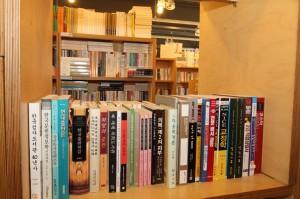 비슷한 높이의 책들이 진열되어 있는 모습