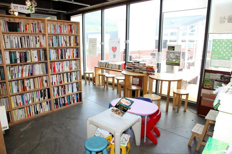 보물섬 한켠에 마련되어 있는 책을 읽을 수 있는 공간의 모습