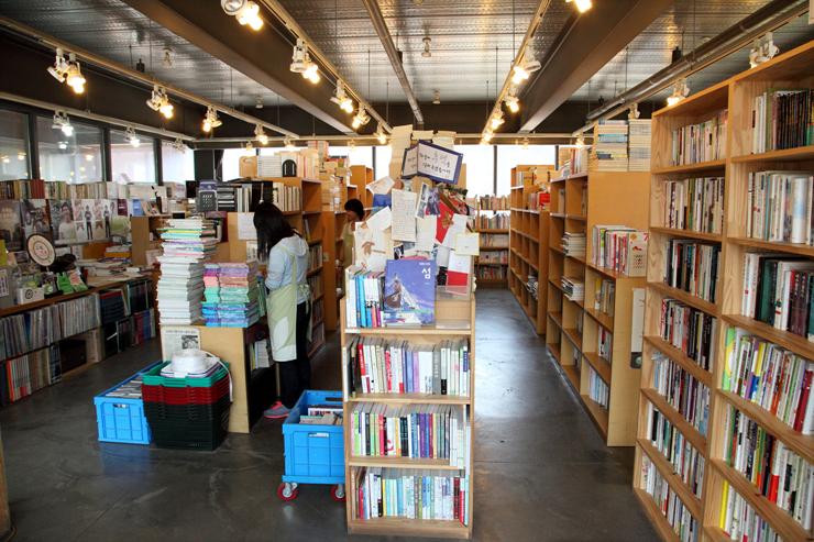 수많은 책들이 진열되어 있는 보물섬 내부의 모습