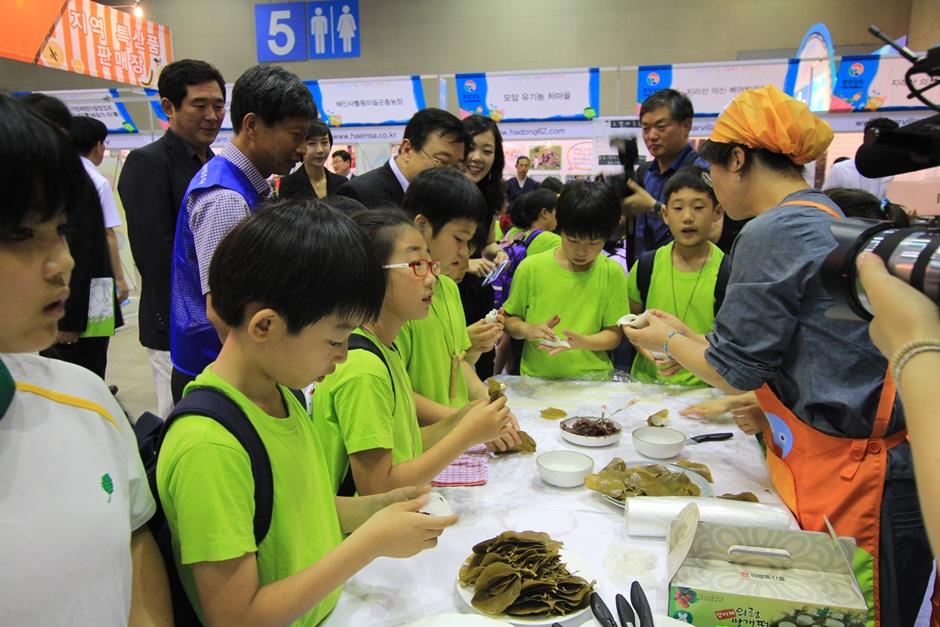 농어촌 여름 휴게 페스티벌에서 만두 빚는 체험을 하고 잇는 아이들의 모습