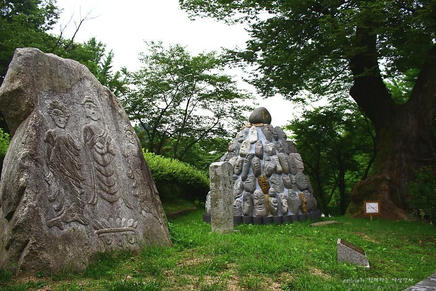 잔디 위에 서있는 하마비들