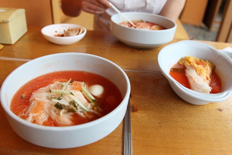 동치미 국수와 백김치가 있는 식탁의 모습