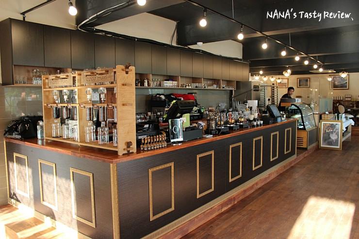 커피기계가 올려져 있는 카페 코코마리의 주문대