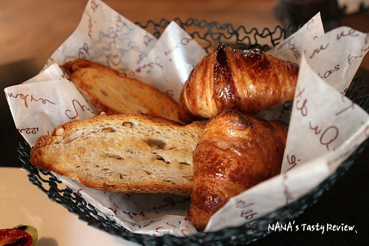바구니에 담긴 빵