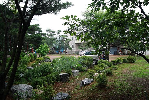 나무가 심어져있는 정원의 모습