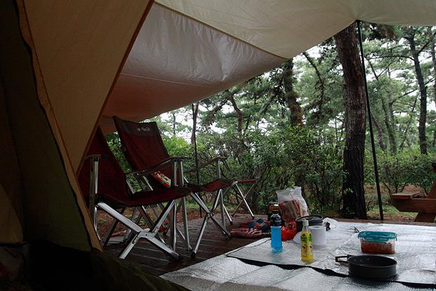 돗자리를 깔아놓은 텐트의 내부