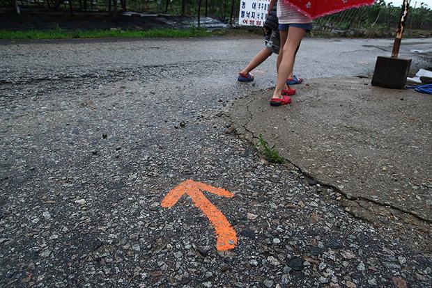 바닥에 그려진 주황색 화살표