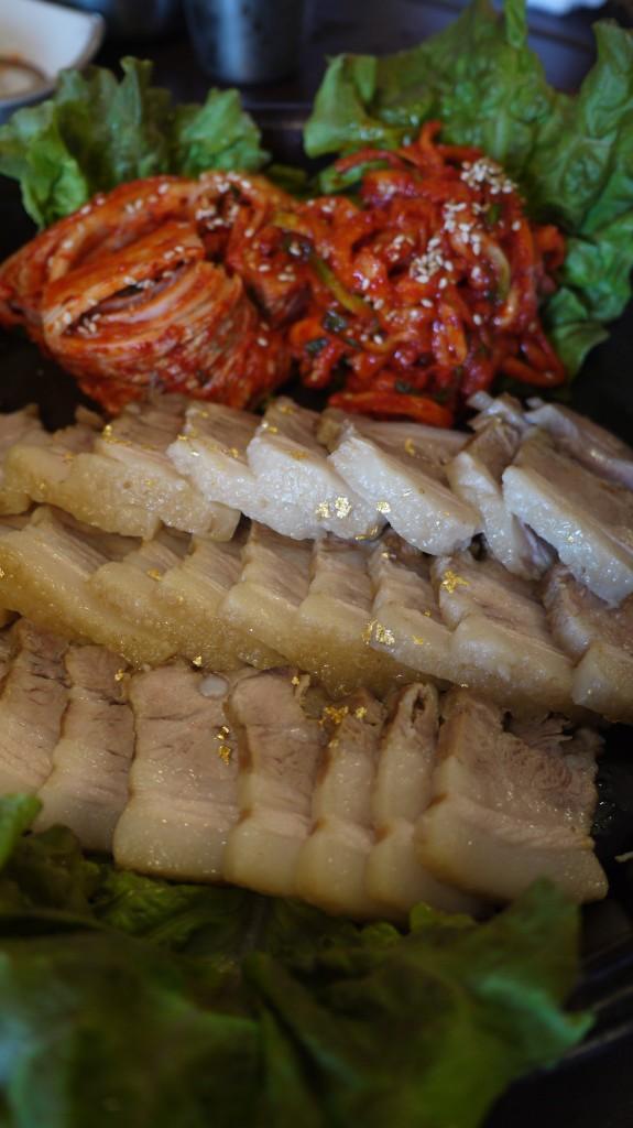 금가루가 뿌려져 있는 금보쌈의 돼지고기의 모습
