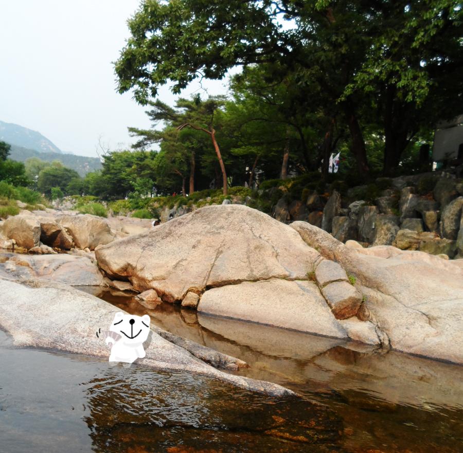 커다란 바위가 있는 계곡