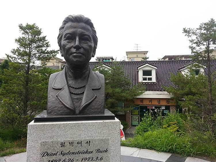 펄벅 여사의 동상 모습