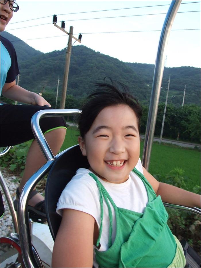 레일바이크타며 웃는 여자아이