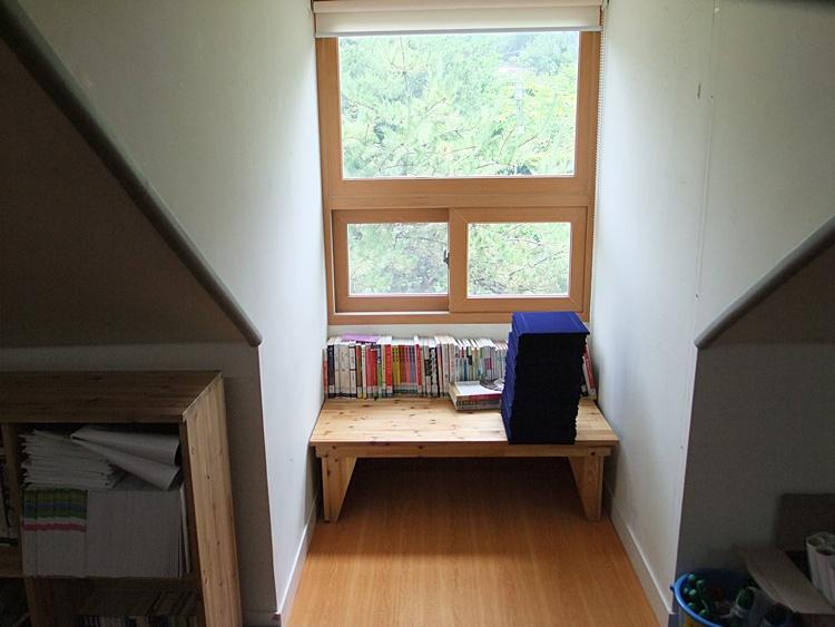창문 바로 앞의 책을 읽을 수 있는 상의 모습