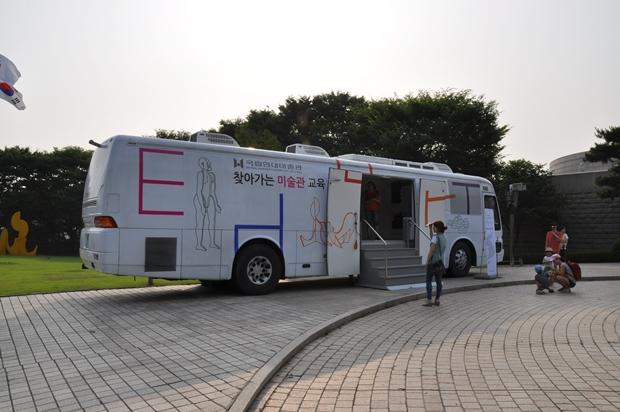 찾아가는 미술관 교육버스의 모습