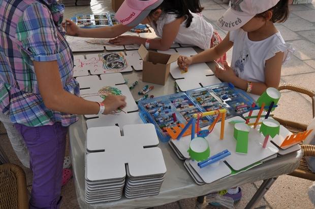 입체 도화지로 소장품을 만들고 있는 아이들의 모습