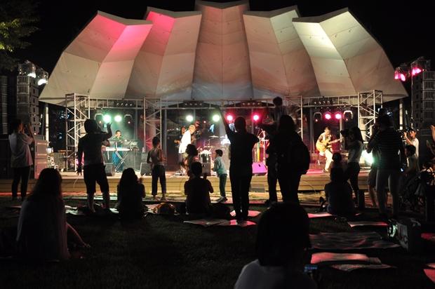 춤을 추는 관람객들의 모습