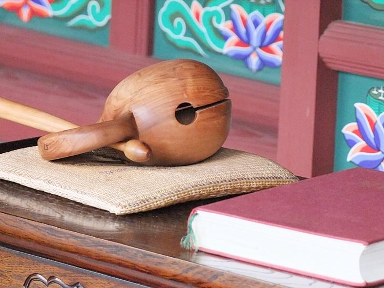 가지런히 노여 있는 목탁의 모습
