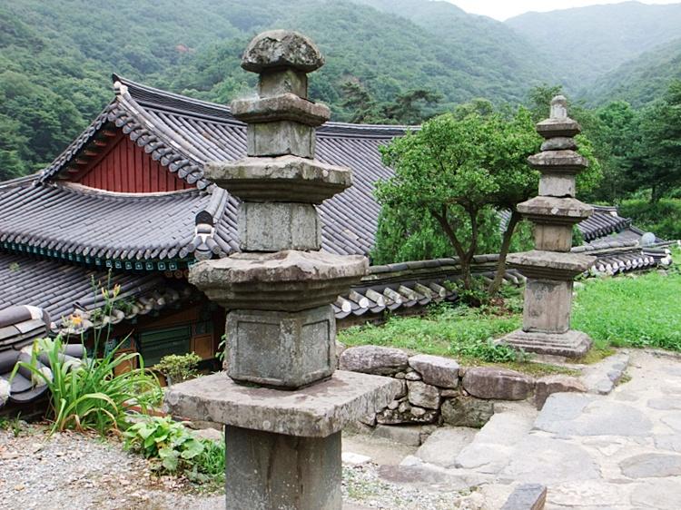 계단 양옆으로 나란히 서 있는 돌탑의 모습