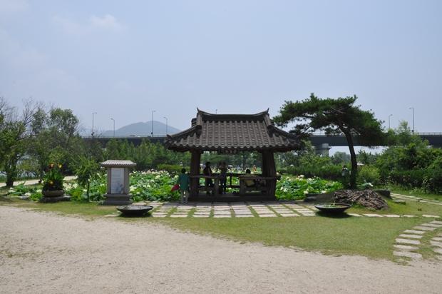 페리기념 연못과 그 앞에 있는 정자의 모습