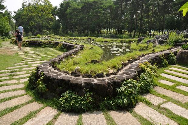얕은 돌담으로 둘러싸여있는 한반도 모양의 연못