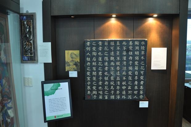 연꽃과 불교와 관련된 다양한 자료들이 전시되어 있는 모습