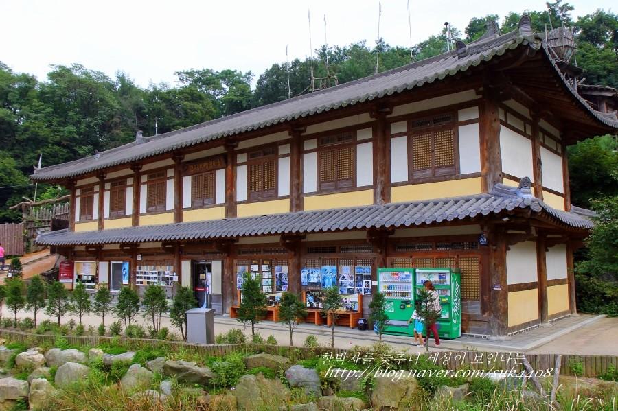 2층 기와로 된 아차산 유적전시관의 모습
