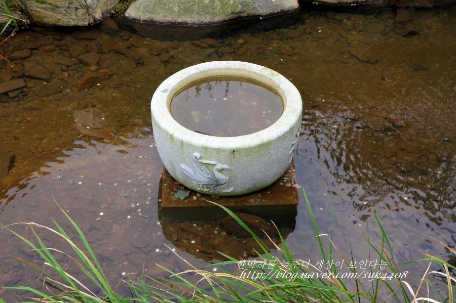태양을 상징하는 삼족오가 그려져 있는 곳에 물이 담겨있다.