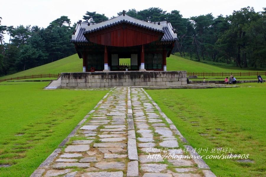 푸른 잔디 위에 위치한 수릉의 모습