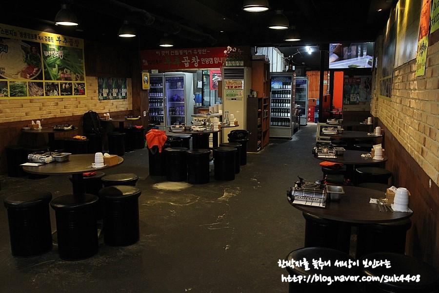 원형테이블로 된 가게의 내부
