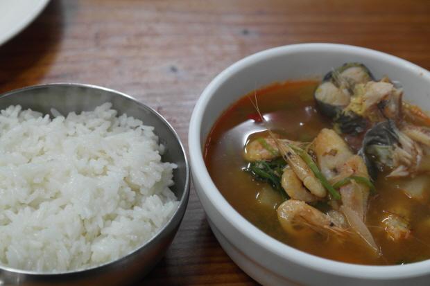 공기밥과 앞접시에 담은 매운탕의 모습