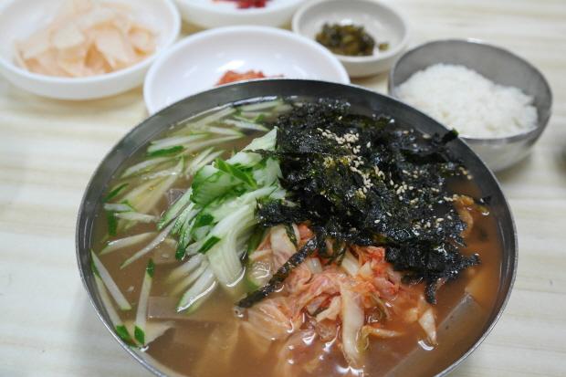 오이와 김치,김이 잔뜩 올라간 메밀묵밥