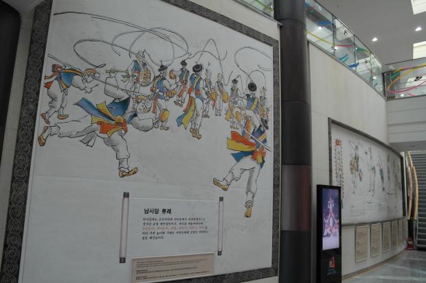 벽에 그려져있는 벽화와 남사당의 유래에 대한 설명