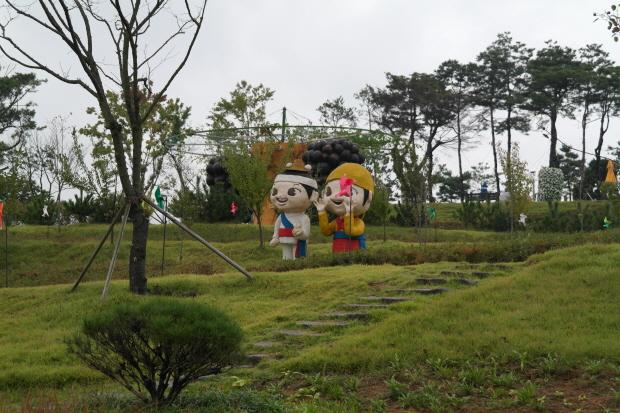 잔디밭에 있는 캐릭터동상