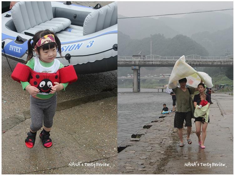 앙증맞은 옷을 입은 아이와 걸어오고 있는 한 가족의 모습