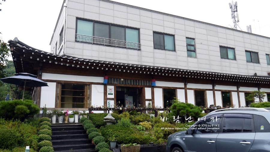 1층은 기와 2층은 현대식 건물로 지어진 외관