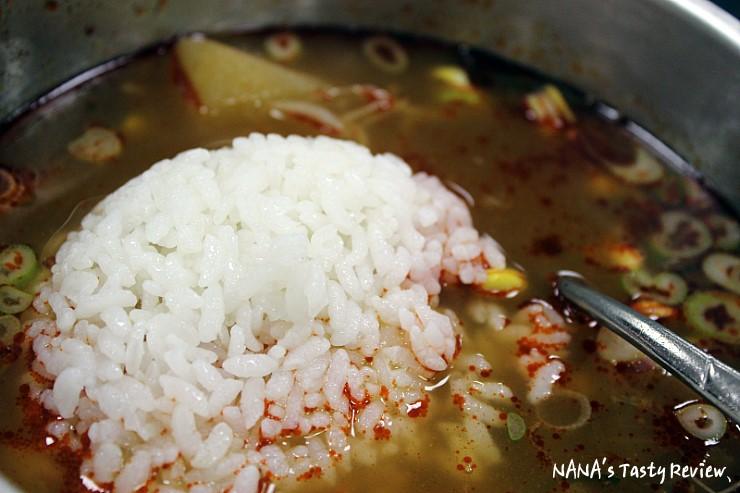 국밥에 밥을 마는 모습