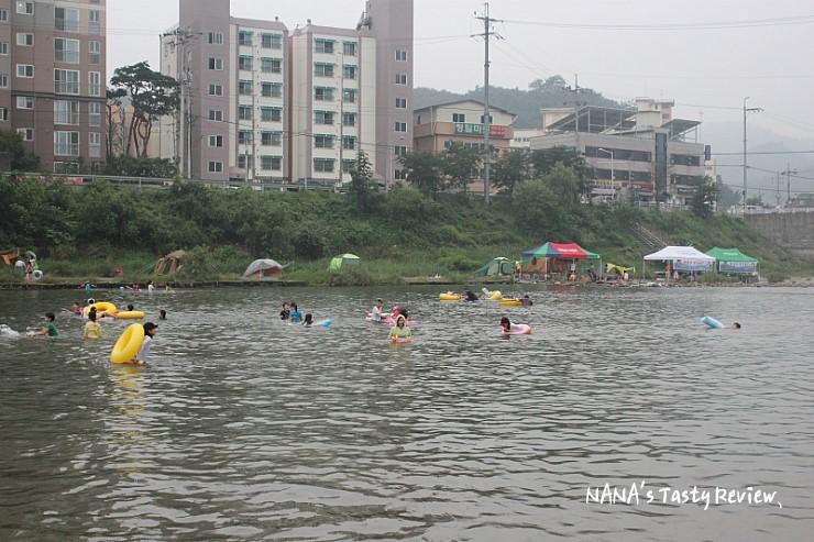 조종천에서 물놀이를 즐기는 사람들의 모습