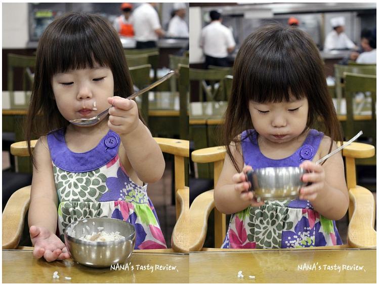 밥을 먹는 여자아이