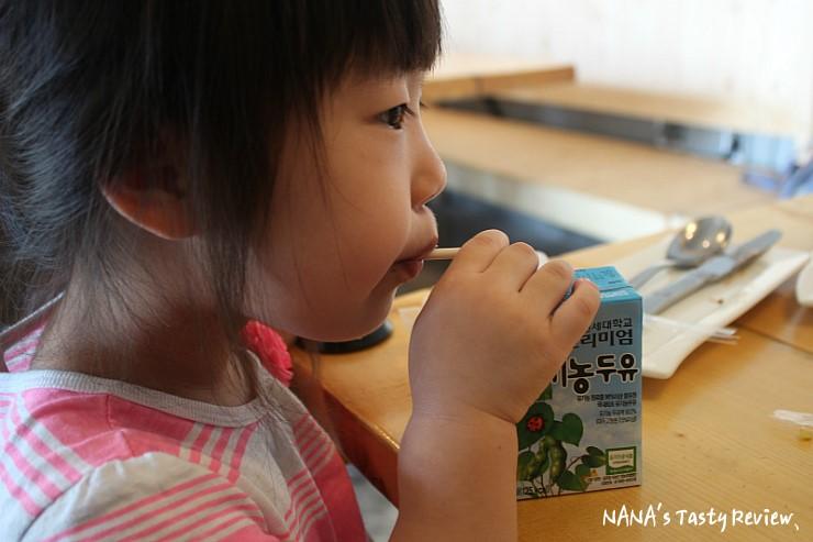 유기농두유를 빨대를 빨아 먹는 여자아이의 모습