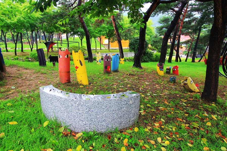 공원에 세워져 있는 고양이를 비롯한 동물 얼굴을 나타낸 조형물들