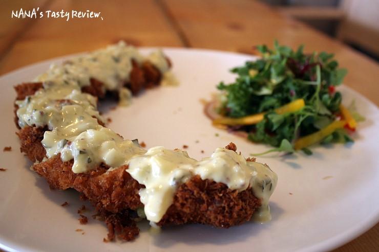 롤까스와 어린잎 샐러드가 담겨 있는 고구마치즈롤까스의 모습