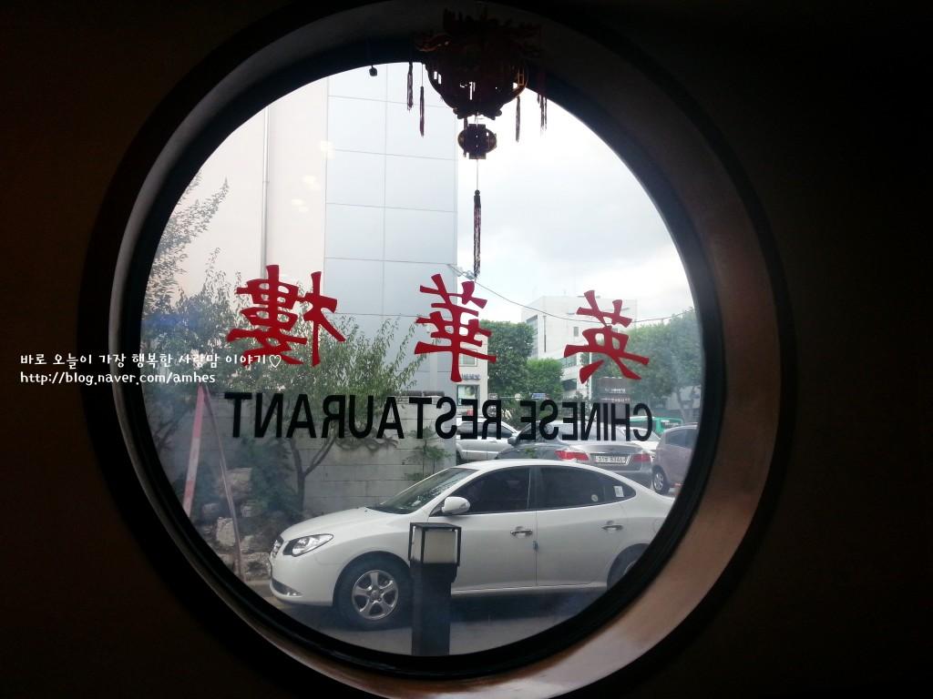 영화루의 동그란 창문을 통해서 바깥을 바라본 모습