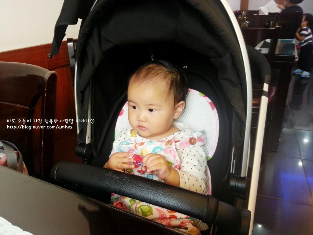 유모차에 앉아 있는 아기