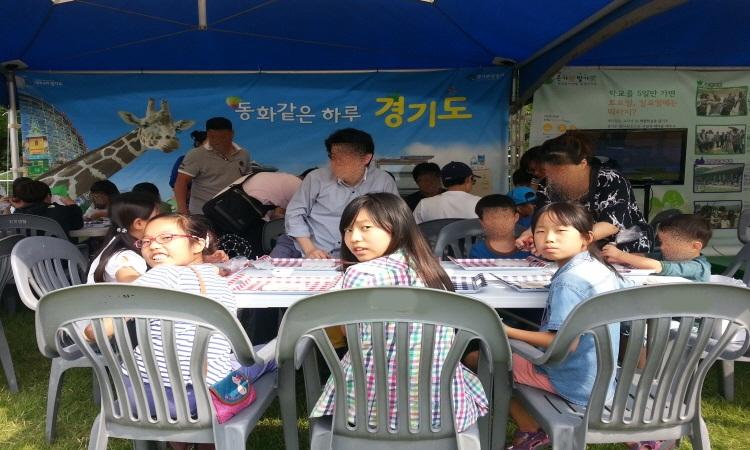 장단콩초코렛만들기 체험을 기다리고 있는 아이들