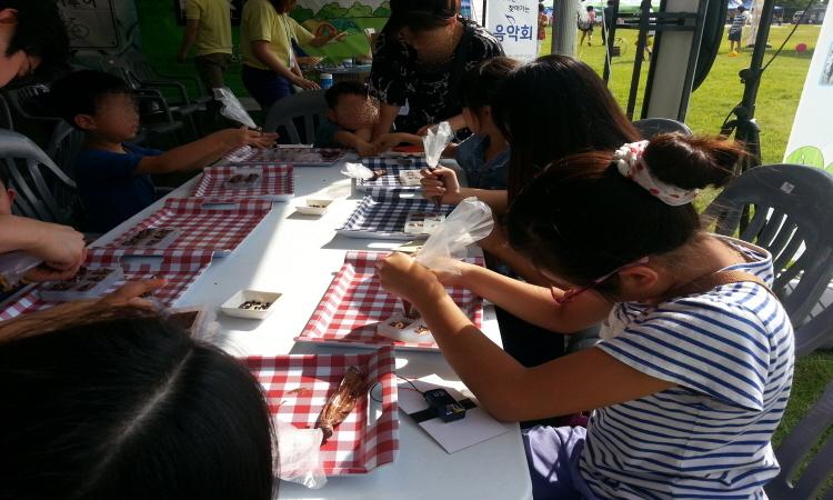 초코렛 만들기 체험을 하고 있는 아이들의 모습