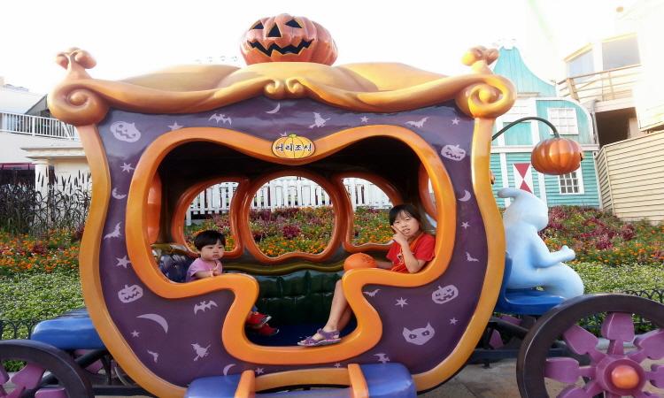 호박마차에서 사진 찍는 아이들의 모습