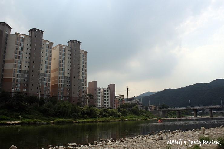 조종천과 그 앞에 세워져 있는 아파트의 모습