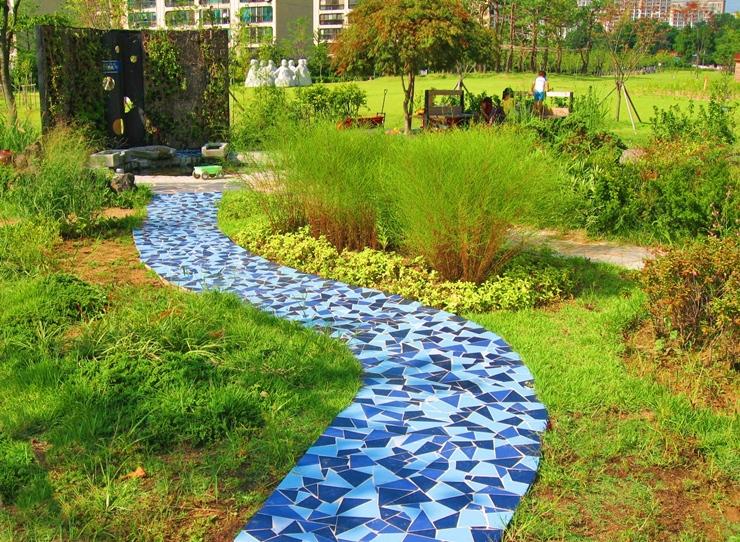 파란색 계통의 알록달록한 색상으로 만들어 놓은 길